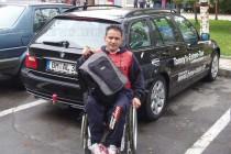 Инвалидът Томи се катери по стълби на ОбА в Харманли