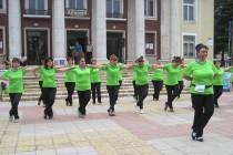 """Танцьорки от клуб """"Гергана"""" разнообразиха ежедневието на харманлийци"""