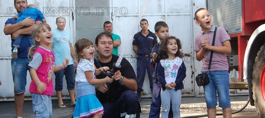 Деца се превърнаха в пожарникари за ден