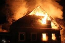 Дете горя в дома си