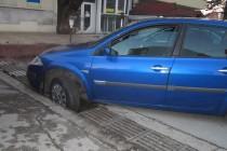 Кола пропадна в шахта заради откраднати решетки