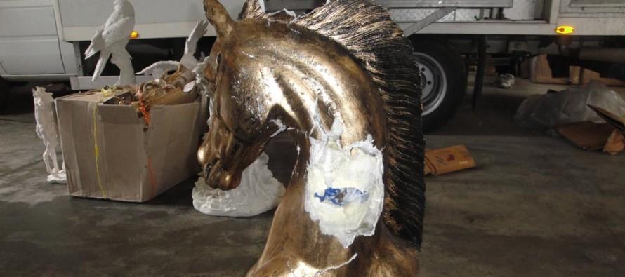 Митничарите заловиха опиум, скрит в статуя на конска глава