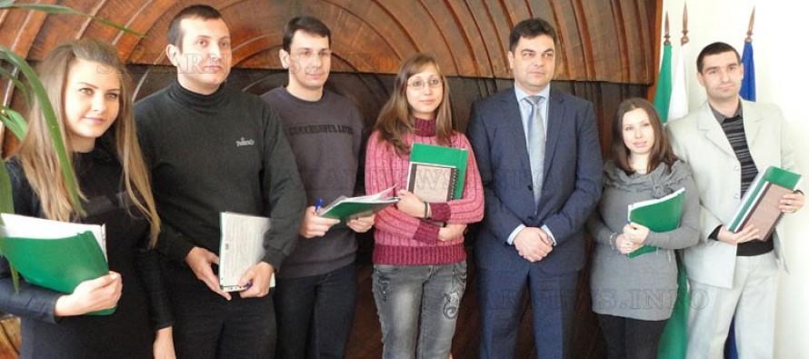 Кметът на Димитровград подписа трудови договори на шестима младежи
