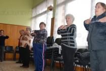 Пенсионери тонизират телата си с гимнастика
