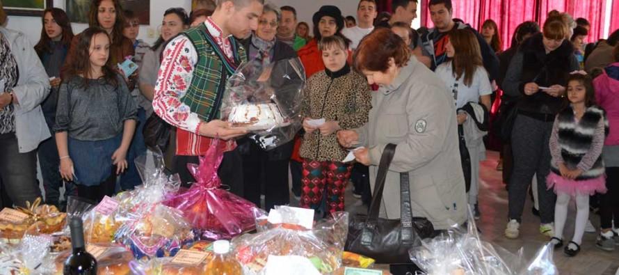 Благотворителна Великденска трапеза в Тополовград събра много дарители