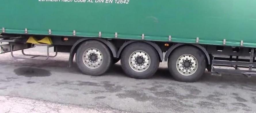 Емигранти преминали границата на ЕС на шасито на камион