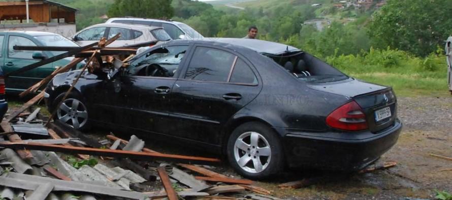 Бурята отнесе покриви, прекърши дървета и стълбове