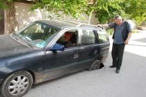 Автомобил пропадна в дупка насред улица в Харманли
