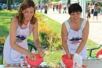 Министър Ангелкова показа как се меси баница в Кърджали