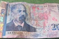 Банкомат бълва увредени банкноти