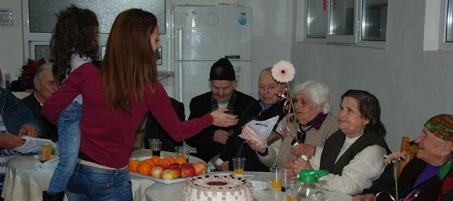 Дарители изненадаха  пенсионери по повод Бабинден