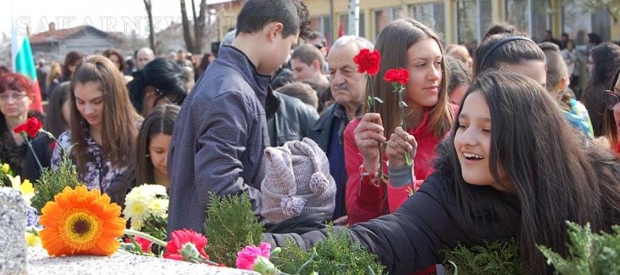 В Харманли руският паметник бе затрупан с цветя на признателност