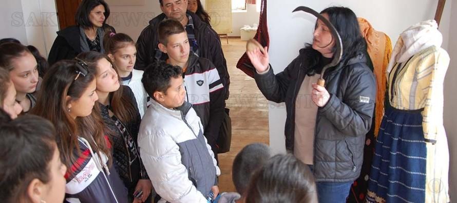 Млади краеведи от Симеоновград  посетиха и разгледаха музей