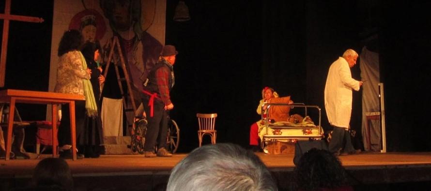 Театрали играха специално за възрастни хора