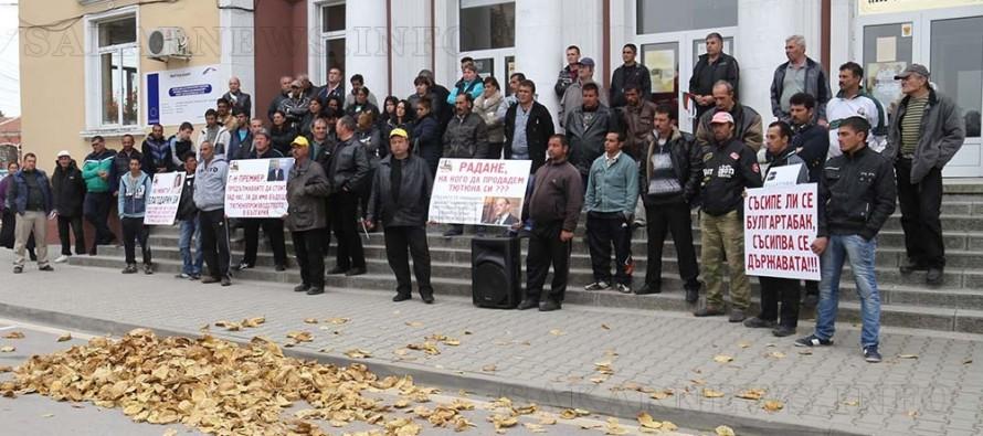 Тютюнопроизводители излязоха на протест заради тонове неизкупен тютюн