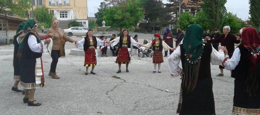 Радовец празнува Лазаровден на площада