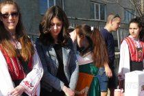 Милосърдни хора  помагат на младеж