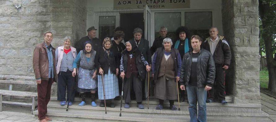 Българо-руския клуб от Елхово дари козунаци на възрастни хора за Великден