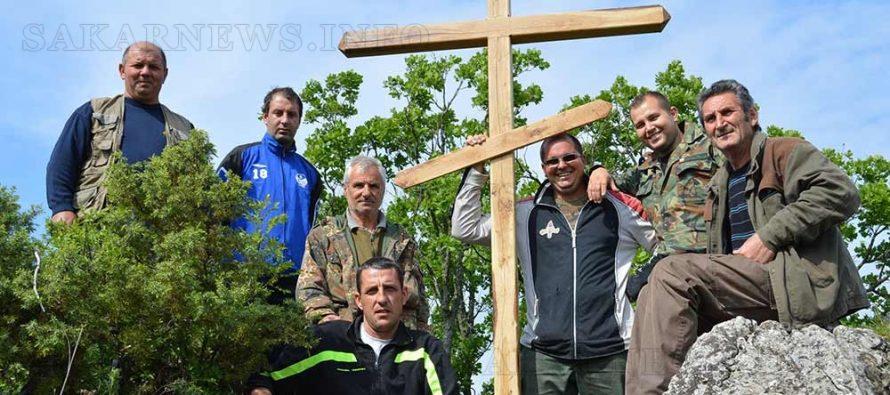 """Навръх Цветница издигнаха кръст край манастира """"Света Троица"""""""
