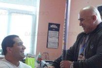 Кметът Божинов зарадва шампион с подарък