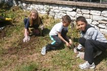 Деца посадиха дръвчета