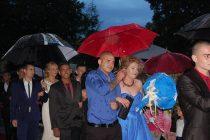 Дъжд изпрати абитуриентите на празничната им нощ