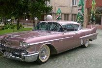 """Кола като на Елвис Пресли паркира пред """"Колхида"""" в Елхово"""