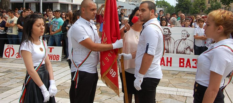 Мажоретки поведоха шествието за  церемонията по предаване на знамената