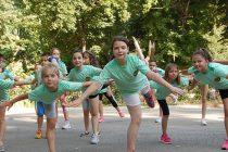 Деца започват деня си  със спорт в парка