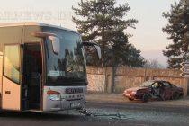 Автобус подхвърли автомобил на  тротоара на Е80