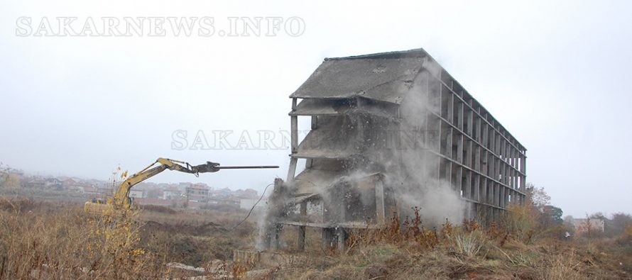 И втората опасна недостроена сграда се превърна в руини