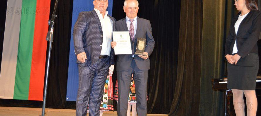 Почетен гражданин на Тополовград дари книги