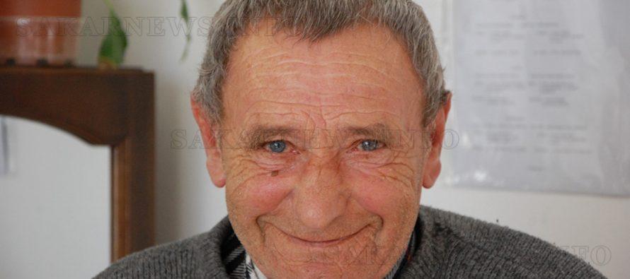 Възрастен човек благодари на голямото си семейство в Дома за стари хора