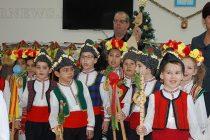 За Коледа деца поздравиха служители  от общинска администрация
