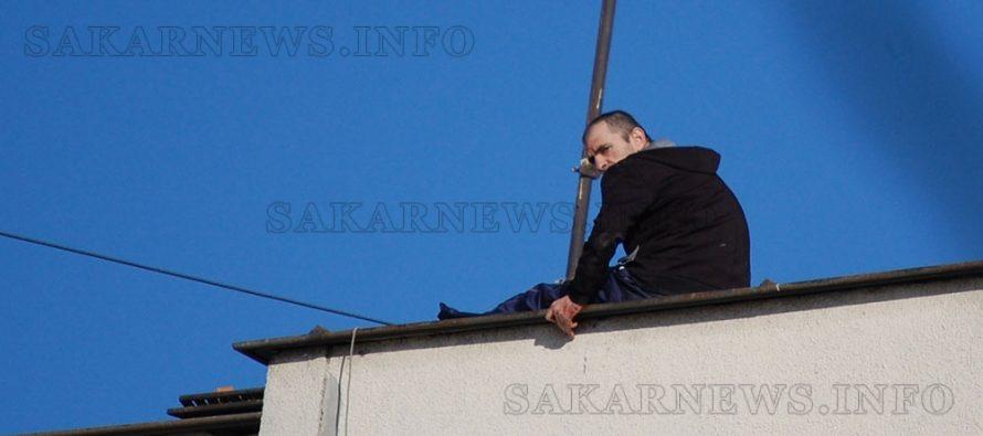 Мъж скочи от покрива на жилищен блок