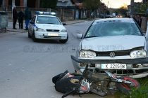 Кола блъсна моторист и спътника му