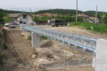 Вкопават електропроводи в защита на царския орел