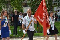 Училищните знамена вече са в ръцете на бъдещите абитуриенти