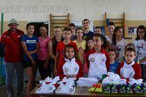 Спортисти получиха обувки и  фланелки – дарение от сдружение