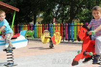 Детска площадка в Любимец грейна с цветовете на дъгата