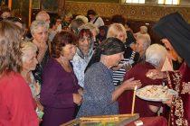 """Църквата """"Св. Богородица"""" в Тополовград  отново се изпълни с миряни"""