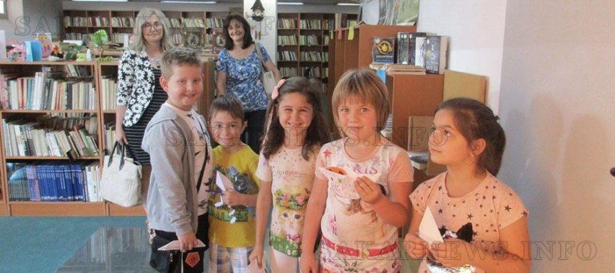 Деца прекараха последния ден от  лятното си училище в библиотека