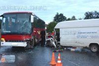 Микробус се удари в автобус заради обърнат ТИР