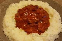 Тас кебап върху картофено канапе, гарниран с ориз