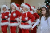 Деца поздравиха кмет и служители в ОбА за Коледа