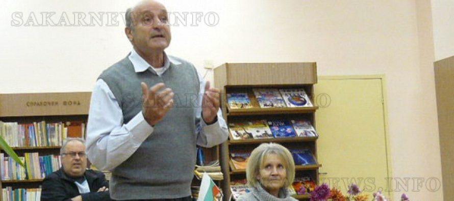 Поетът Райчо Русев – Райсън рецитира  стихове в Тополовград