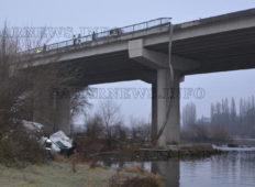 Тежък камион скъса три мантинели и парапет и падна от 30 метров мост