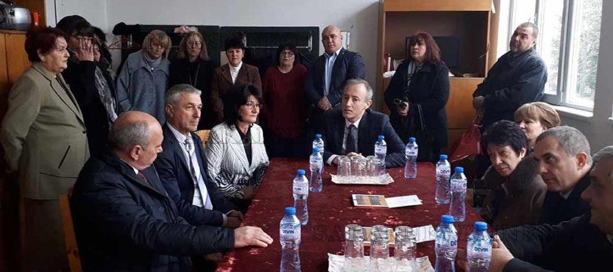 В Устрем министър  Вълчев дискутира  с учители проблеми