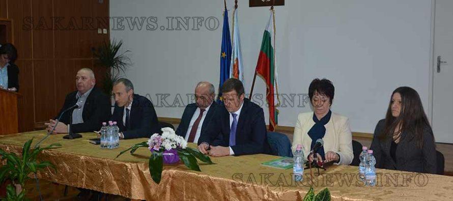 Министърът на МОН изслуша и окуражи учители, ученици и кметове