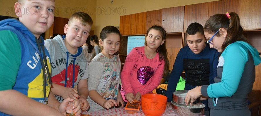 Деца-готвачи приготвиха кекс с моркови по проект